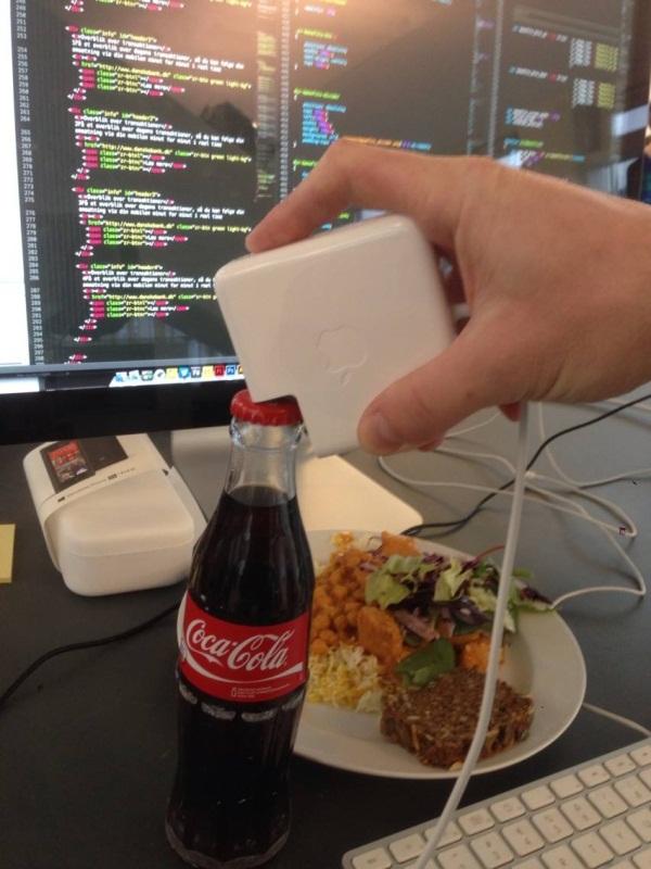 Đồ của Apple thường rất thông minh, sử dụng bộ sạc Macbook để mở nắp chai là một ví dụ