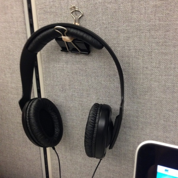 Chiếc kẹp giấy cũng có rất nhiều công dụng khác, treo tai nghe full-size