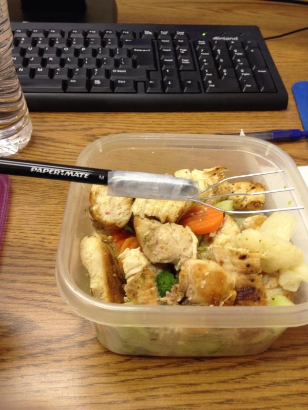 Với bút chì, băng dính và ba chiếc kẹp giấy, bạn đã có 1 cái dĩa